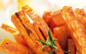 chips-de-batata-doce-ao-molho-apimentado-de-abacate